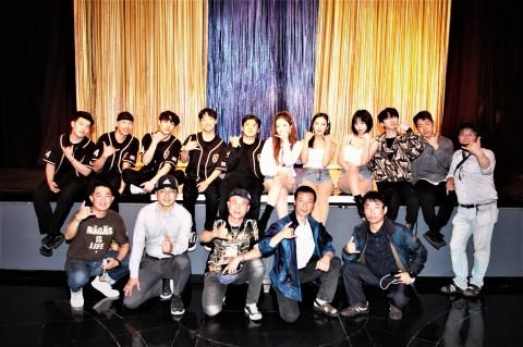 하얏트 리젠시 사이판 공연 후 단체 기념촬영이 이뤄지고 있다