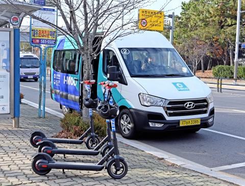 현대자동차가 인천시와 영종국제도시에서 공동으로 선보인 수요응답형 버스 I-MOD와 전동킥보드 기반의 I-ZET 시범서비스를 실시하고 있다