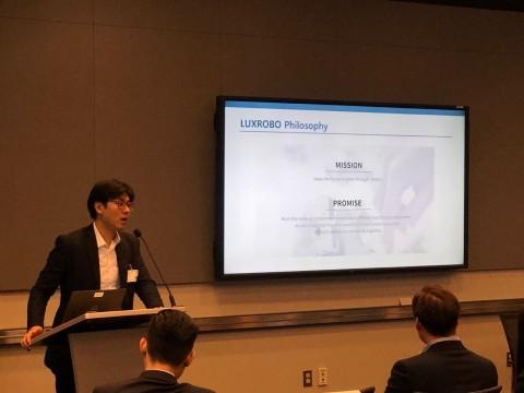 본투글로벌센터 멤버사 럭스로보가 미국 워싱턴DC에서 열린 월드뱅크그룹 한국혁신주간에서 발표하고 있다