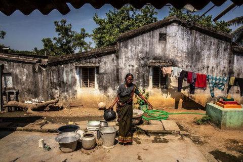 인도 바드라드리 구역에 거주하는 구루잘리 테자바티 부인은 테지 콜리 재단으로부터 이전에 이식된 각막에 대해 무료 안과 치료를 받는다