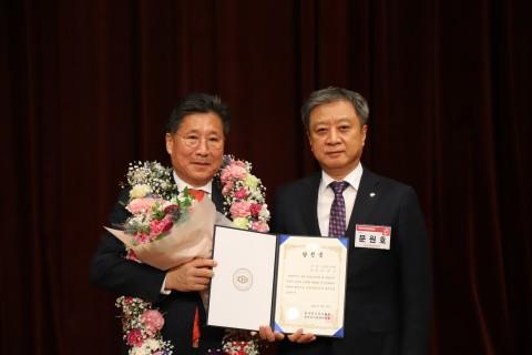 류재선 회장이 제26대 회장 당선후 당선증을 전달받았다