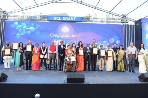 크리켓 전설 카필 데브가 HCL 그랜트 2020의 우승자를 선발했다. 주요 HCL 인사(좌에서 우로): 로시니 나다르 말호트라 HCL 테크놀로지스 부회장 겸 CSR위원회 위원장, ...
