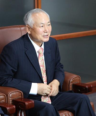 정형진 총장은 김포대 첫 내부출신 인사로 감사실장, 기획실장, 대외협력단장 등의 주요 보직을 역임하였다