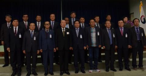 코로나19 극복을 위해 마련한 성금을 사회복지공동모금회에 전달한 이북5도원회 박성재 황해도지사를 포함한 제21대 명예시장·군수단(사진 제공: 황해도 명예시장·군수단)