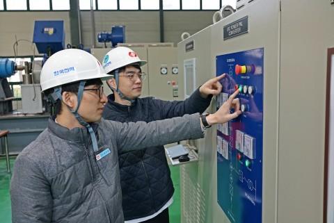 한국전력 임직원들이 가스터빈 기동장치를 컨트롤 하고 있다