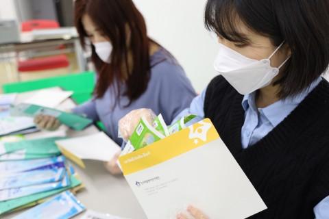 마스크 발송 준비를 하고 있는 한국백혈병어린이재단 직원