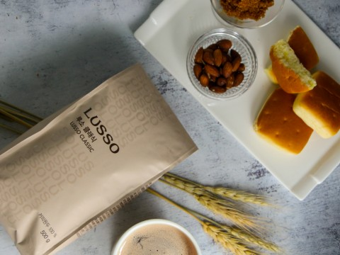 루소 클래식 블렌드는 다크 초콜릿 같은 단맛과 고소한 견과류의 맛이 특징이다