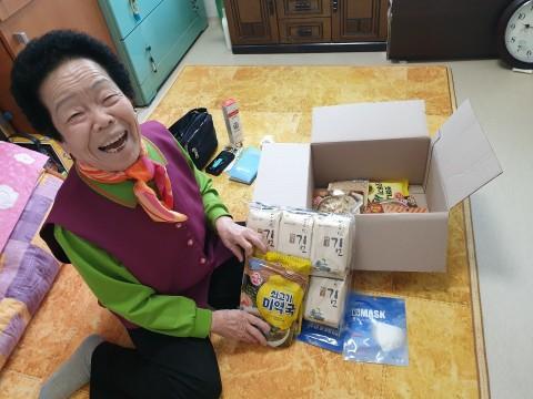 독거노인지원센터에 안심꾸러미 식료품 키트 지원