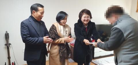 한국법무보호복지공단 울산지부 자원봉사자들이 1대1 결연을 맺은 주거지원 대상자에게 자립 지원 격려금을 전달하고 있다