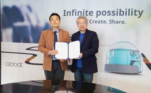 왼쪽부터 한국과학기술정보연구원(KISTI) 대외협력실 이종성 실장과 마르시스 박용규 대표가 업무협약 후 기념 촬영을 하고 있다