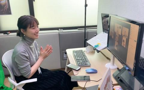 온라인 수업으로 진행된 서울장애인종합복지관 푸르메아카데미 담당자가 참여자와 생일 축가를 부르고 있다