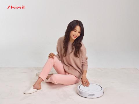 신일 홍보 모델 한고은과 스마트 물걸레 로봇 청소기 '제로봇'