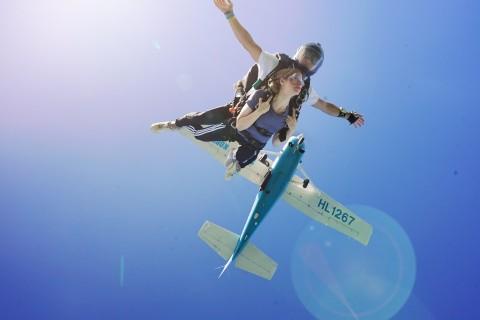 외국인 체험객이 충주에서 스카이다이브코리아 스카이다이빙 체험을 하고 있다
