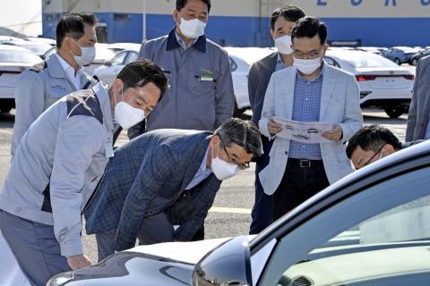 기아자동차 송호성 사장이 평택항에서 품질점검을 실시하고 있다