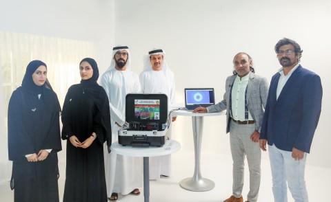 (왼쪽부터) 프로젝트 실무팀 아리얌 아흐메드와 라티파 알세이아리, 압둘라 라시디 연구소 프로젝트 디렉터. IHC 이사회 나데르 알 하마디 이사, 프라모드 쿠마르 수석의와 모하마드 ...