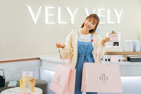 VELY VELY invited Sunnydahye to its offline flagship store in Seoul. Sunnydahye tested out and purch...