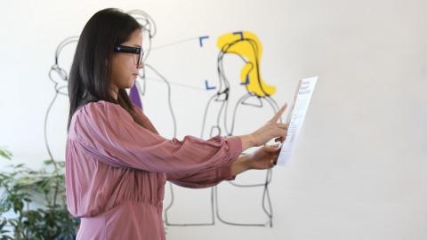한 사용자가 OrCam MyEye 2.0을 통해 글을 읽는 모습을 시연하고 있다