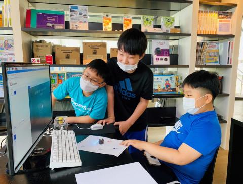20일 서울 강남구 소재 마르시스에듀 본사에서 열린 무료 인공지능 코딩 교육에서 초등학생들이 오조봇과 KT AI 코딩팩을 활용해 음성인식 AI 코딩을 익히고 있다
