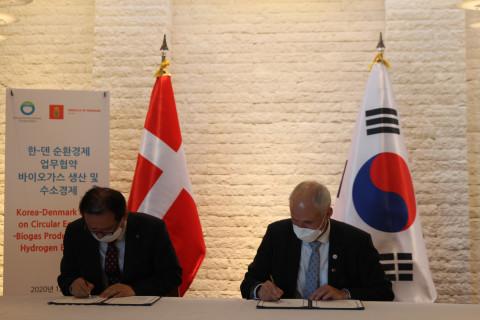 왼쪽부터 장준영 환경공단 이사장, 아이너 옌센 주한덴마크대사가 서울 중구 주한덴마크대사관저에서 '순환경제: 바이오 가스 및 그린 수소 생산 분야 협력을 위한 업무 협약식'에 참석해 협약서에 서명하고 있다