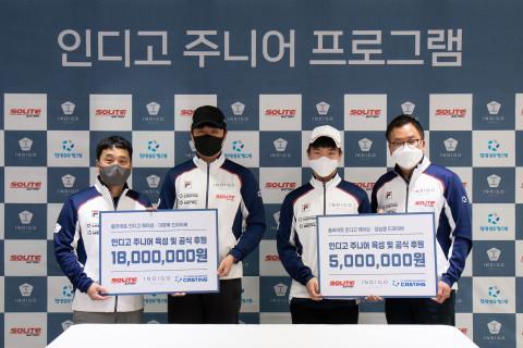 왼쪽부터 이재우 감독, 이창욱 드라이버, 강승영 드라이버와 고장환 팀장이 후원 연장 협약을 체결하고 기념 촬영을 하고 있다