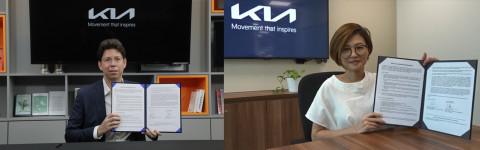 왼쪽부터 파블로 마르티네즈 기아 오너십경험 사업부장과 돈 팬 기아 싱가폴 대리점 사이클 앤 캐리지 운영 담당 이사가 MOU를 체결하고 기념 촬영을 하고 있다