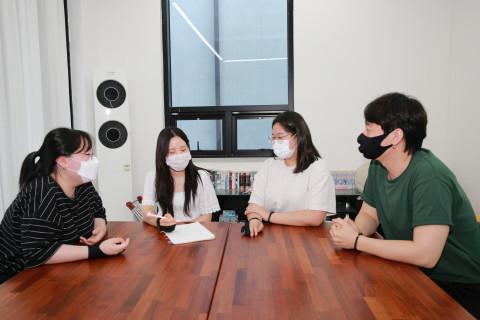 콘텐츠산업 청년 일자리 리쇼어링 프로젝트 참여기업인 그린프로덕션 직원들이 아이디어 회의를 하고 있다
