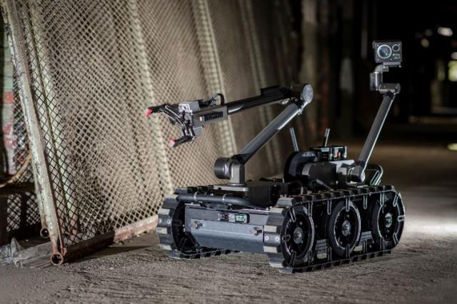 미국 군용 폭발물 처리팀은 플리어 센토 지상 로봇을 사용해 급조폭발물을 해체하고 불발탄을 해체하며 유사한 위험 임무를 수행한다. 조작자는 다양한 센서와 페이로드를 160파운드 무게...