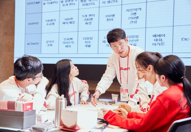 SK SUNNY 리더그룹 워크숍에서 리더 써니들이 활발하게 토론을 하고 있다