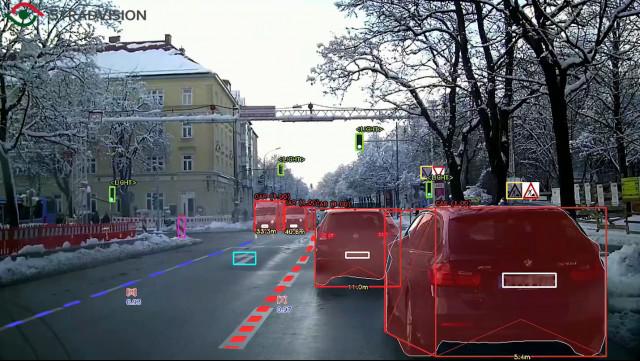스트라드비젼이 개발한 자율주행 소프트웨어 에스브이넷(SVNet)으로 거리 위 차선, 신호등·표지판, 물체, 주행 가능 공간 등을 감지하고 인식해 판별하는 모습