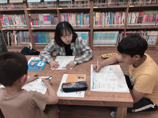 명지대 공정오 학생이 지역아동센터에 파견돼 아이들에게 학습 지도를 하고 있다