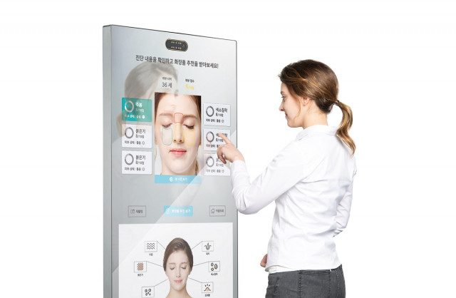 비대면 피부 맞춤형 서비스가 가능한 스마트 미러 '루미니 키오스크 V2'