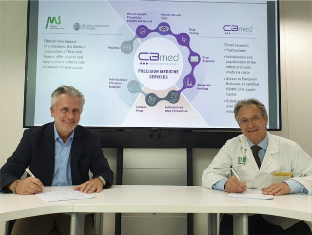 왼쪽부터 CBmed Rober Lobnig 대표, CBmed Thomas Pieber 대표가 사업 협약을 체결한 뒤 기념 촬영을 하고 있다