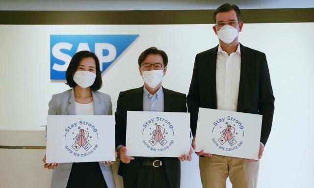 왼쪽부터 하경남 SAP 코리아 파트너, 이성열 SAP 코리아 대표이사, 얀 페터 울 SAP 코리아 최고재무책임자가 스테이 스트롱 캠페인 참여 기념 촬영을 하고 있다
