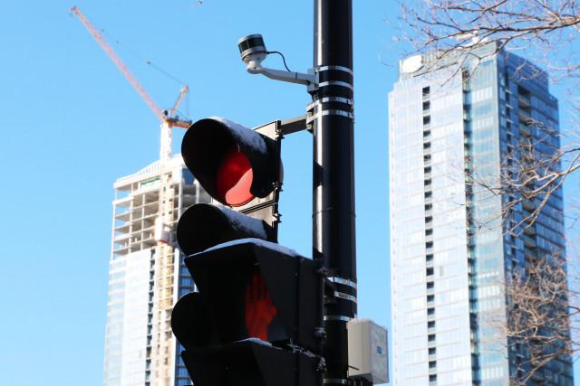블루시티 테크놀로지는 벨로다인 울트라 퍽 센서를 사용하여 익명성을 유지하면서 차량, 보행자 및 자전거를 포함한 도로 사용자에 대한 신뢰할 수 있고 자세한 교통 정보를 수집한다