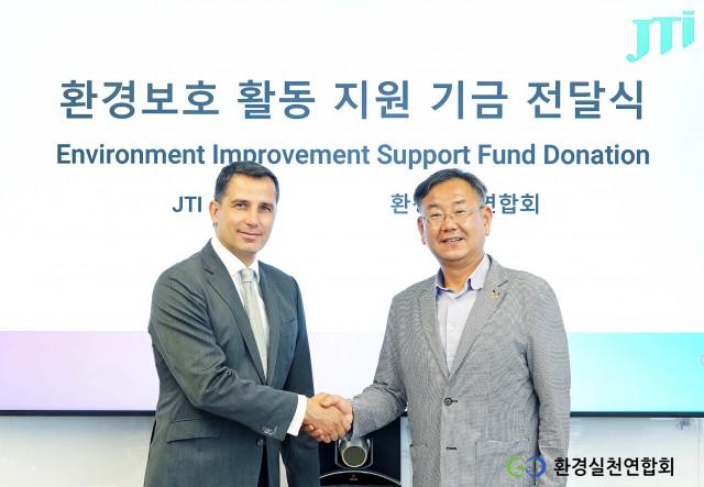왼쪽부터 호세 아마도르 JTI코리아 대표와 이경율 환경실천연합회 회장이 기부금 전달식을 갖고 기념촬영을 하고 있다