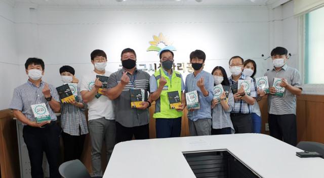 금천구시설관리공단이 독서 감상 경진대회 책 전달식을 진행했다