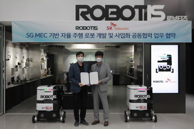 왼쪽부터 로보티즈 김병수 대표와 SK텔레콤 최판철 본부장이 5G MEC 자율주행 로봇 개발 협력을 체결하고 기념촬영을 하고 있다