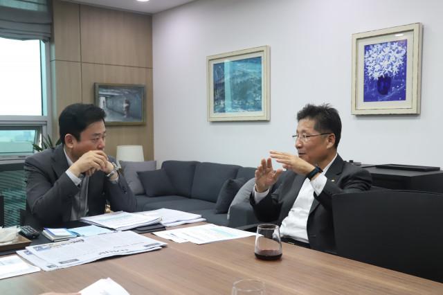 한국전기공사협회 관계자들이 사진 왼쪽에 있는 국회 산업위 소속 송갑석 의원과 면담하고 있다
