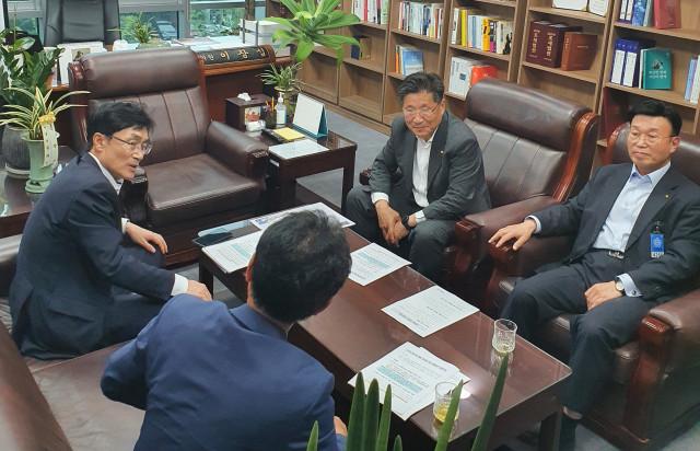 한국전기공사협회 관계자들이 사진 왼쪽에 있는 국회 산업위 소속 이장섭 의원과 면담하고 있다