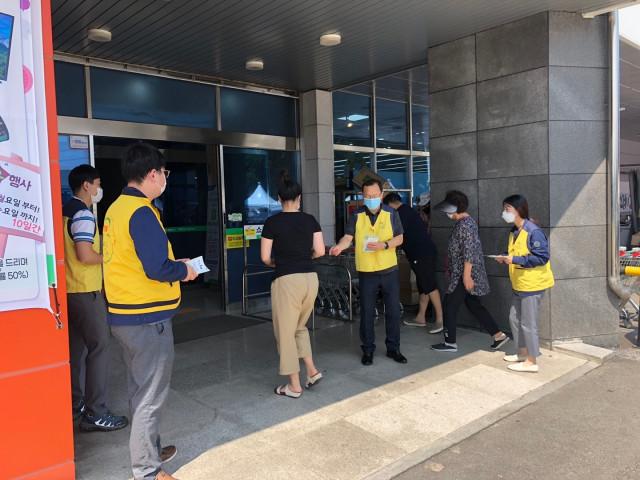 한전KPS 영흥사업처 직원들이 청렴 정책 전단을 나눠주며 공공기관의 청렴 정책에 대해 홍보하고 있다