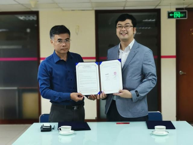 왼쪽부터 베트남국영방송 VTC10 측 대표자 Đinh Công Tiến 사장, 여행능력자들 측 대표자 김수현 대리인