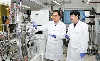 왼쪽부터 서울대학교 이관형 교수, 권준영 박사