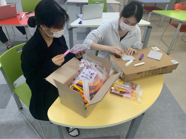 3D 프린팅으로 만든 윷놀이 키트 포장 중인 재미연구원 청소년