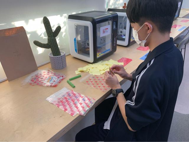 3D 프린팅으로 만든 윷놀이 키트 포장 중 재미연구원 청소년