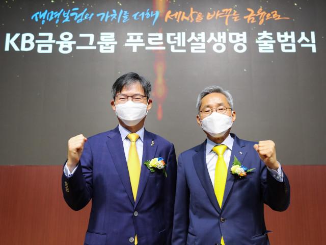 왼쪽부터 윤종규 KB금융지주 회장과 민기식 푸르덴셜생명 대표이사 사장이 출범식을 갖고 기념촬영을 하고 있다