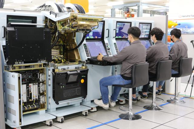 한화시스템 직원들이 차기호위함 배치Ⅱ 전투체계 시험공정을 진행하고 있다
