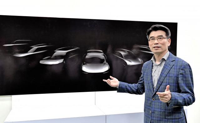 기아자동차 화성공장을 방문한 송호성 사장이 2027년까지 출시될 기아자동차 전용 전기차 모델 라인업의 스케치 이미지를 설명하고 있다