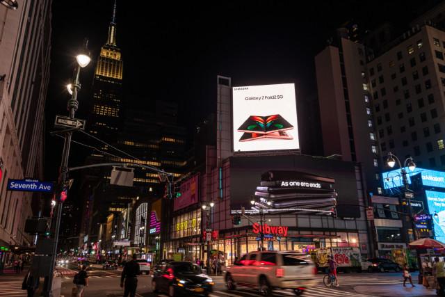 미국 뉴욕 펜실베니아 플라자에서 운영 중인 갤럭시 Z 폴드2 옥외광고