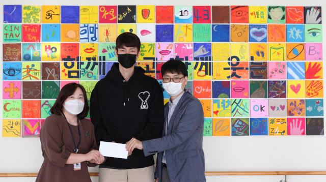 왼쪽부터 두 번째 류윤식 선수가 성남시 한마음복지관에 후원금을 전달하고 기념 사진 촬영을 하고 있다