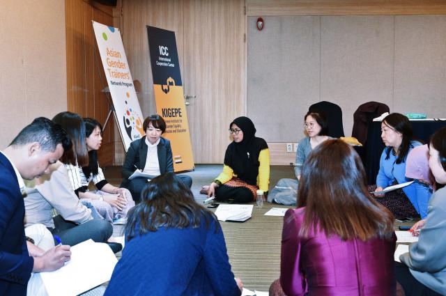 2019 제2기 AGenT 프로그램 참가자들이 모둠별 토론 시간을 갖고 있다